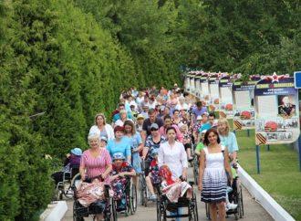 Инвалиды-колясочники Энгельсского дома-интерната совершили познавательную прогулку-экскурсию