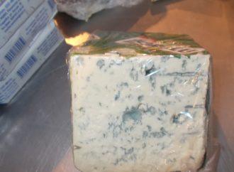 Таможенники посетили рынок и обнаружили запрещенный сыр