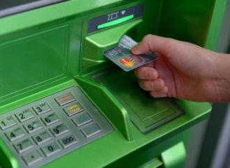 Мошенники бросают наперстки и держатся возле банкоматов