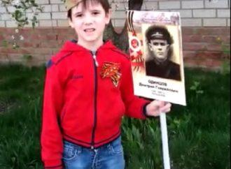 Павлов Назар читает стихотворение к Дню Победы