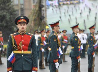 На Театральной площади прошло парадное шествие в честь 75-летия Победы