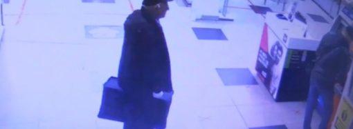 Маскировавшийся под пожилого инкассатора преступник получил срок за кражу денег из банкоматов