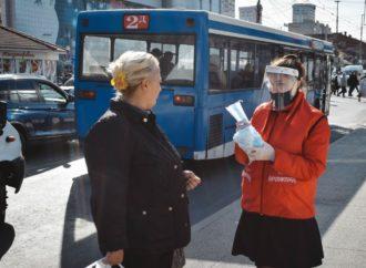 В Саратове волонтеры раздали горожанам около 10 тысяч медицинских масок