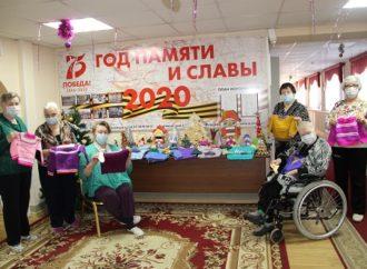 Мастерицы Энгельсского дома-интерната передали теплые подарки малышам