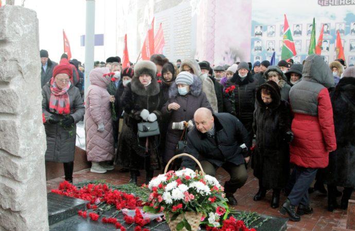 К самому первому в Саратове памятнику воинам-«афганцам» 15 февраля 2021 пришли ветераны, члены их семей, политики и общественники Саратова