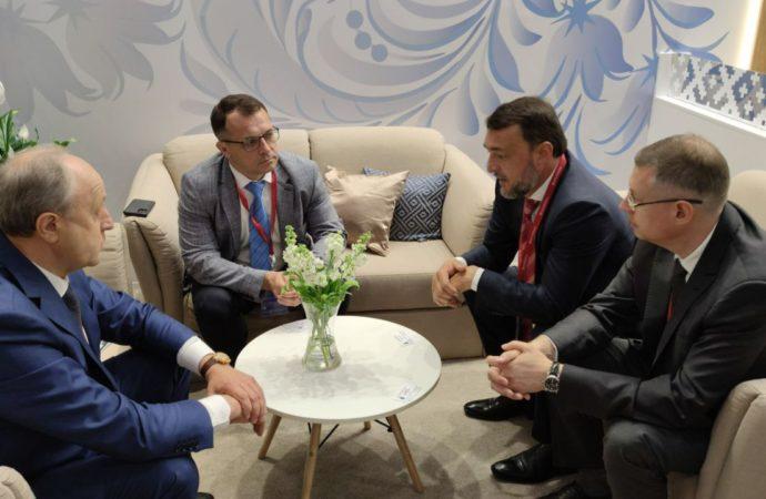 В рамках Петербургского международного экономического форума состоялась встреча Губернатора Валерия Радаева с гендиректором ГК «LafargeHolcim Россия» Максимом Гончаровым.
