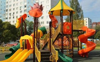На Набережной Космонавтов выполняется установка детских и спортивных площадок