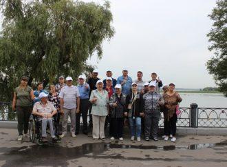 Проживающие Энгельсского дома-интерната посетили городской парк и поучаствовали в танцевальном флешмобе